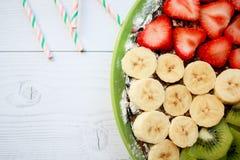 Торт губки лета с бананами, клубниками, смородинами, tangerines, черниками и кивиом Взгляд сверху горизонтальное стоковое фото rf