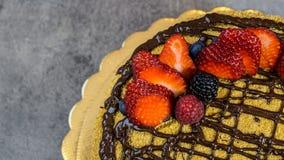 Торт губки, покрывает с шоколадом и клубникой стоковая фотография rf
