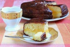 Торт губки с поливой сливк и шоколада лимона Стоковая Фотография