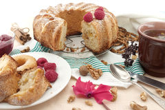 Торт губки с яблоком, поленикой и циннамоном Селективный фокус Стоковая Фотография