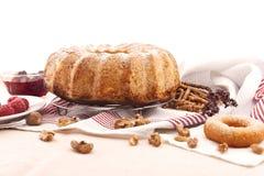 Торт губки с яблоком, поленикой и циннамоном Селективный фокус Стоковое Изображение