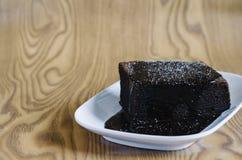 Торт губки шоколада покрытый с плавя сахаром шоколада и замороженности Стоковое фото RF