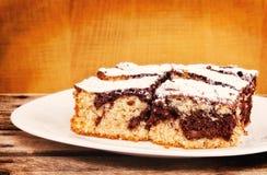 Торт губки шоколада и ванили служил на плите Стоковые Изображения RF
