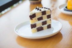 Торт губки шоколада и масла в уютном внешнем кафе Стоковая Фотография RF