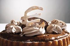 Торт губки шоколада с знаком евро и евро шоколада подписывают, конец-вверх Стоковое Фото