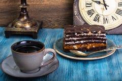Торт губки шоколада с карамелькой и гайками на голубой предпосылке Стоковое Изображение RF