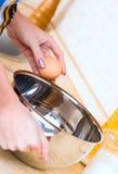 торт делая женщину Стоковые Изображения RF