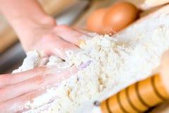 торт делая женщину Стоковое фото RF