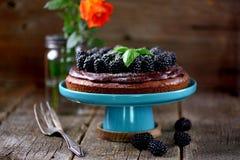 Торт десерта с печеньем гайки, помадкой шоколада и свежими ежевиками Стоковые Изображения RF