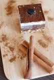 Торт десерта шоколада на деревянной доске стоковые фотографии rf