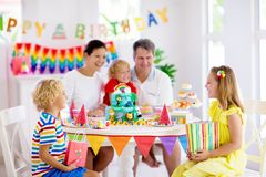 Торт дня рождения ребенка Семья с детьми стоковое изображение