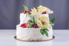 Торт домашней свадьбы 2-tiered украшенный с смородинами, клубниками и желтыми цветками Праздничный десерт ягоды Стоковое Изображение