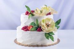 Торт домашней свадьбы 2-tiered украшенный с смородинами, клубниками и желтыми цветками Праздничный десерт ягоды Стоковые Изображения RF