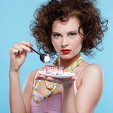торт есть девушку Стоковое фото RF