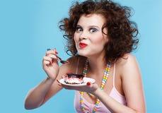 торт есть девушку Стоковая Фотография