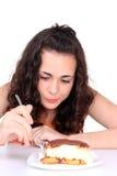 торт есть детенышей девушки Стоковая Фотография