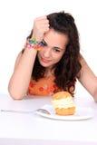 торт есть детенышей девушки Стоковая Фотография RF