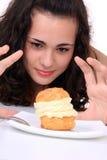 торт есть детенышей девушки Стоковые Фотографии RF