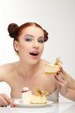 торт ест вкусных детенышей женщины Стоковое фото RF