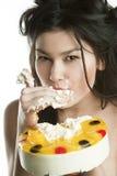 торт ест девушку плодоовощ Стоковые Фотографии RF