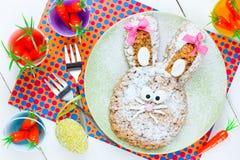 Торт зайчика пасхи на таблице с украшениями пасхи Стоковое фото RF