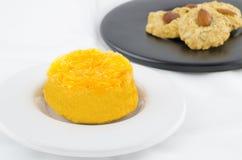 Торт золотого потока и домодельные печенья миндалины Стоковое фото RF