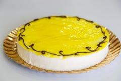 Торт лимона подробно над белизной стоковые изображения