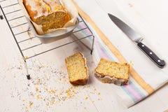 Торт лимона с маковыми семененами Отрезанный Стоковое Изображение RF