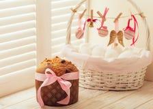 Торт и корзина пасхи с яичками и оформлением пасхи стоковые фотографии rf