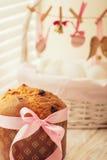 Торт и корзина пасхи с яичками и оформлением пасхи стоковое изображение rf