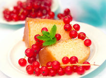 Торт и красная смородина 3 Стоковое Изображение