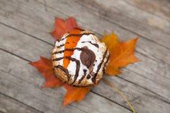 Торт и кленовый лист осени желтый Стоковые Фотографии RF