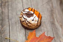 Торт и кленовый лист осени желтый Стоковая Фотография
