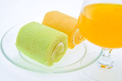 Торт и сок на белой предпосылке Стоковые Фотографии RF
