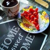 Торт и чай клубники Стоковые Фото