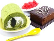 Торт и шоколадный торт крена зеленого чая чизкейка Strwberry на белой предпосылке Стоковое Фото