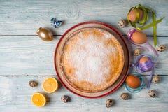 Торт и яичка пасхи немца на белых досках Стоковые Изображения RF
