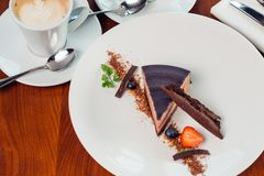 Торт карамельки, десерт мусса на плите камень серого цвета предпосылки Стоковые Фотографии RF