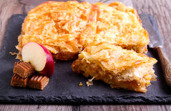 Торт карамелек Яблока и тянучки Стоковое Фото