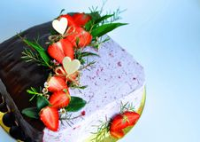Торт квадранта, половинный чего предусматривает раскосно с шоколадом и другой половиной при сливк украшенная с частями strawbe Стоковые Изображения RF