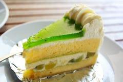Торт кивиа на белой плите. Стоковая Фотография