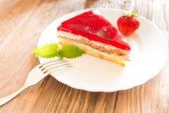 Торт клубники с лист мяты на плите на предпосылке деревянного стола Стоковые Фото