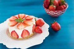 Торт клубники с сливк сметаны стоковая фотография rf