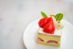 Торт клубники шифоновый на белой плите фарфора Стоковые Фото