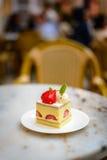Торт клубники шифоновый на белой плите фарфора Стоковая Фотография RF