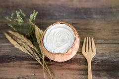 Торт кокоса на деревянной предпосылке Стоковые Изображения
