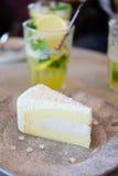 Торт кокоса на таблице в кофейне Стоковое Фото