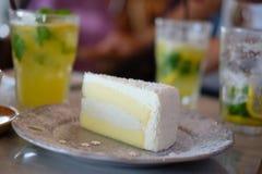 Торт кокоса на таблице в кофейне Стоковая Фотография RF