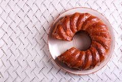 Торт кольца на плите, над салфеткой Стоковая Фотография RF