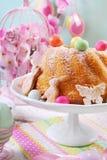 Торт кольца пасхи с красочными яичками конфеты на верхней части Стоковая Фотография RF